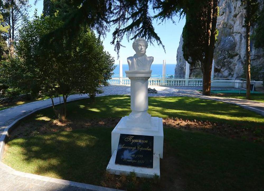 Памятник Пушкину в Кипарисном Артеке