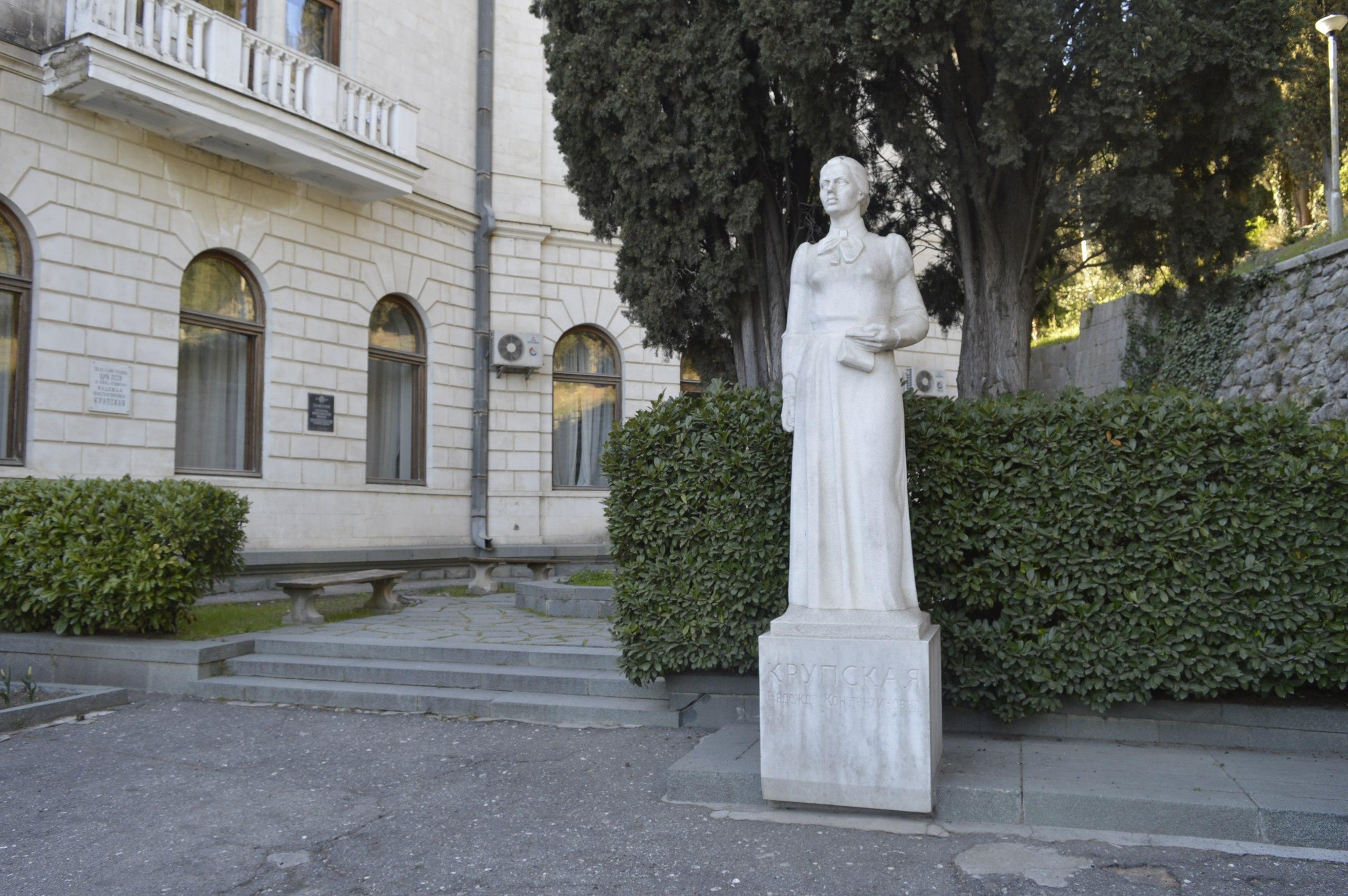 Памятник Крупской в Артеке