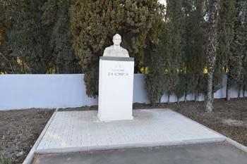 Памятник Комарову в Артеке